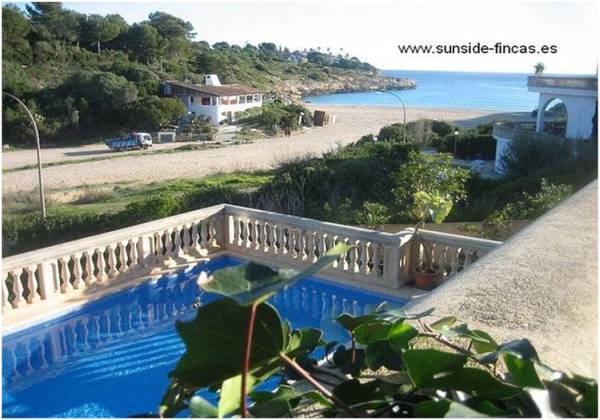 Beachfront house in Cala Mandia